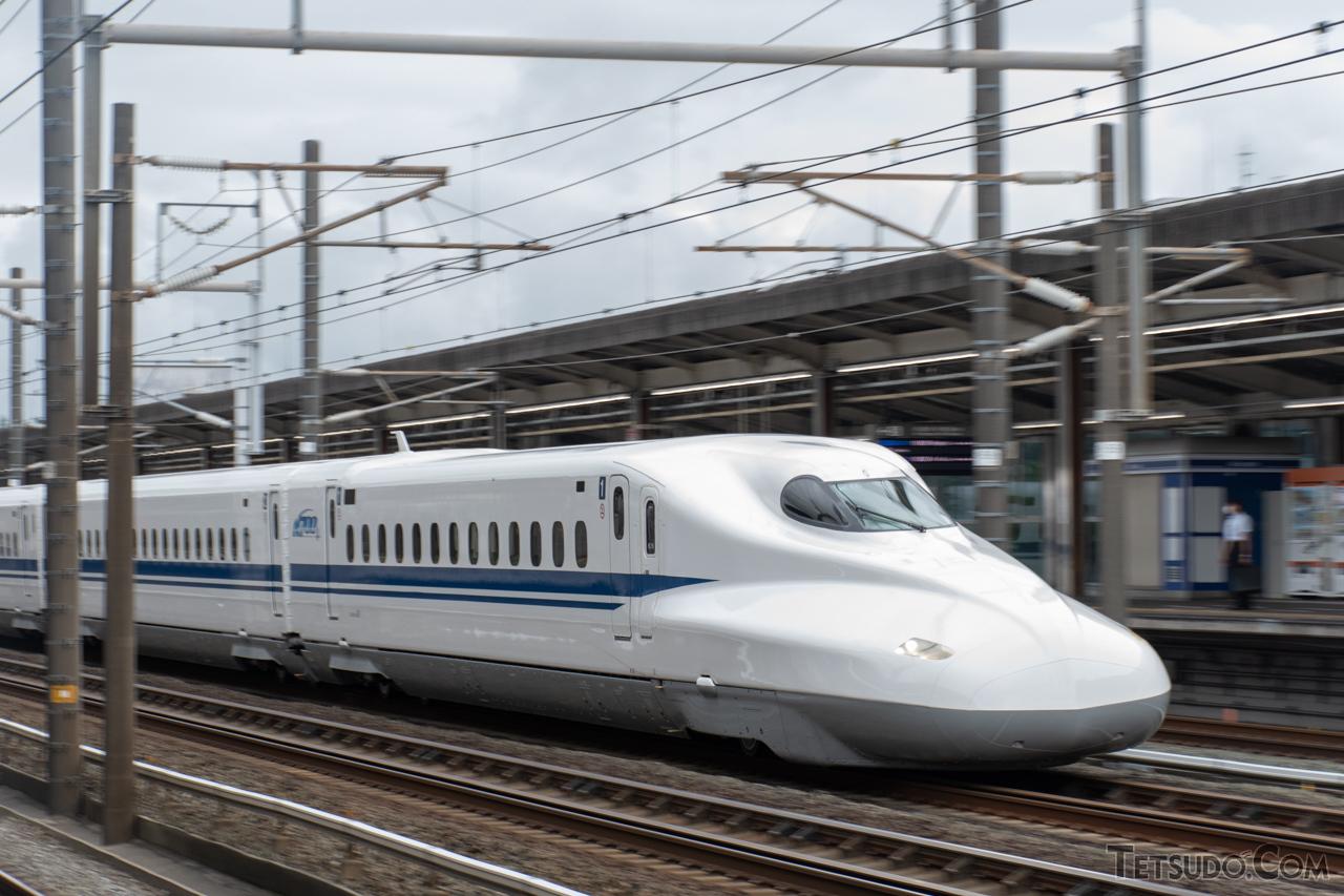 東海道新幹線開業後に建設された駅は、通過線と待避線の間に架線柱が設置されています(画像は掛川駅)