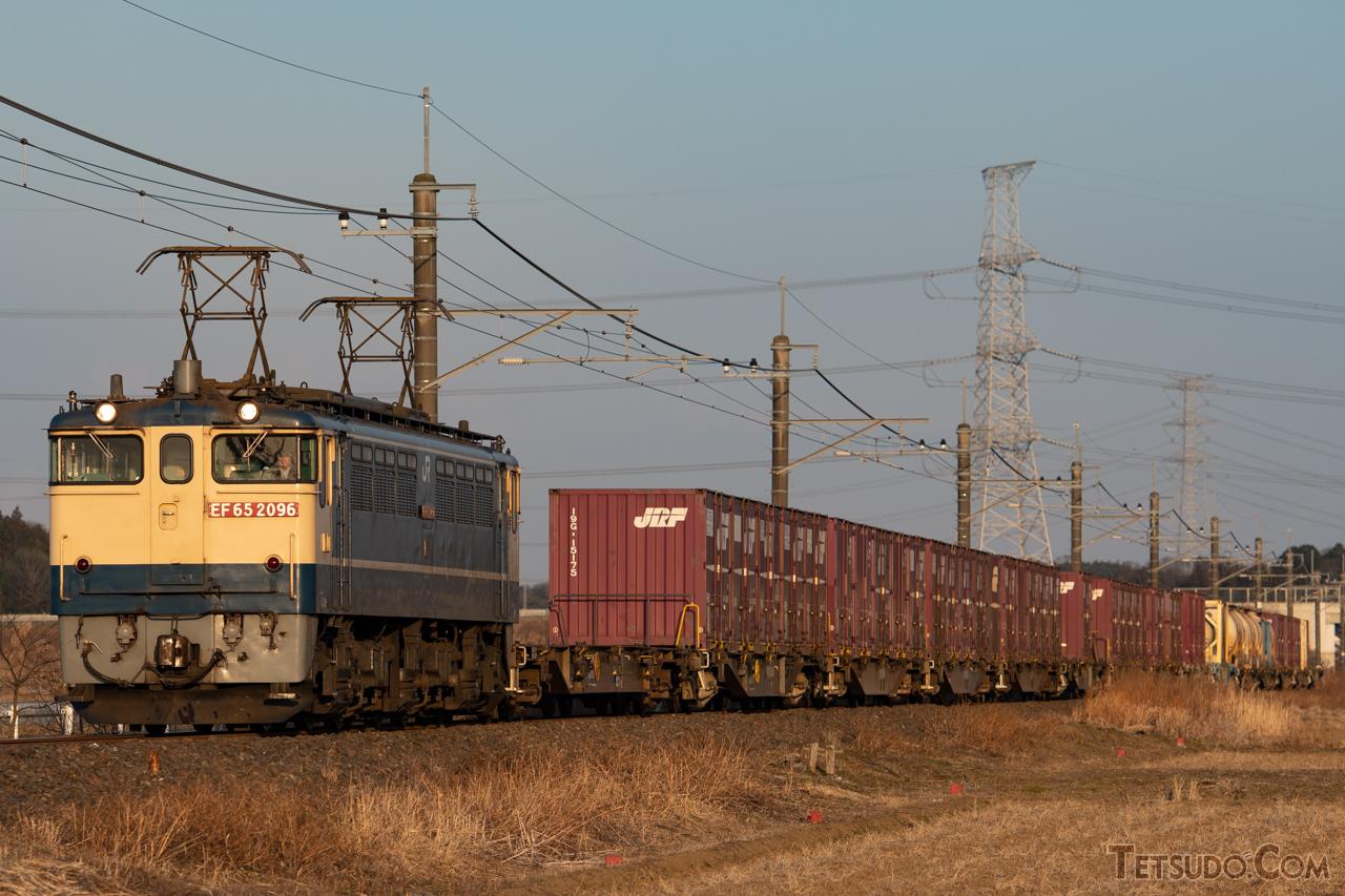 貨物列車をけん引するEF65形