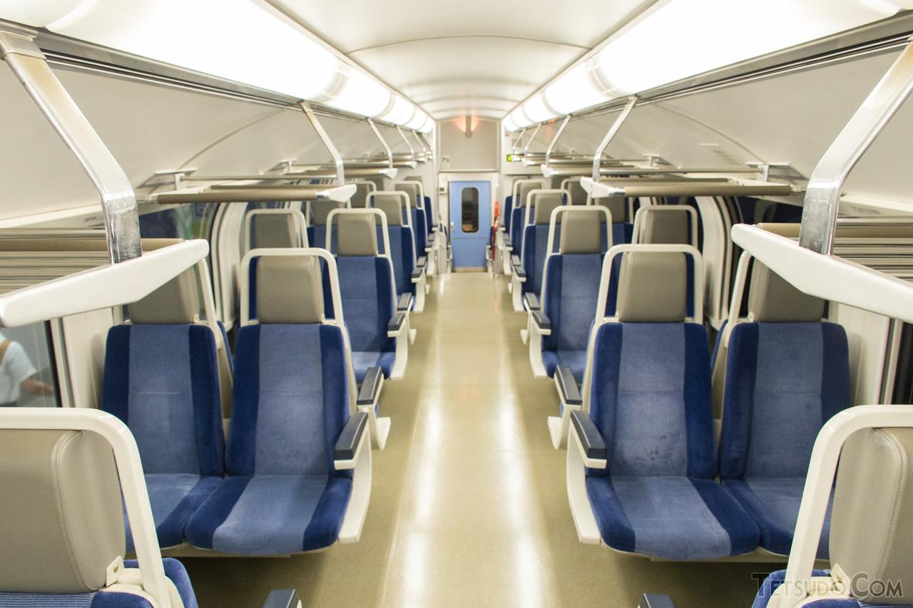 2+2列のボックスシートを配置した215系の車内