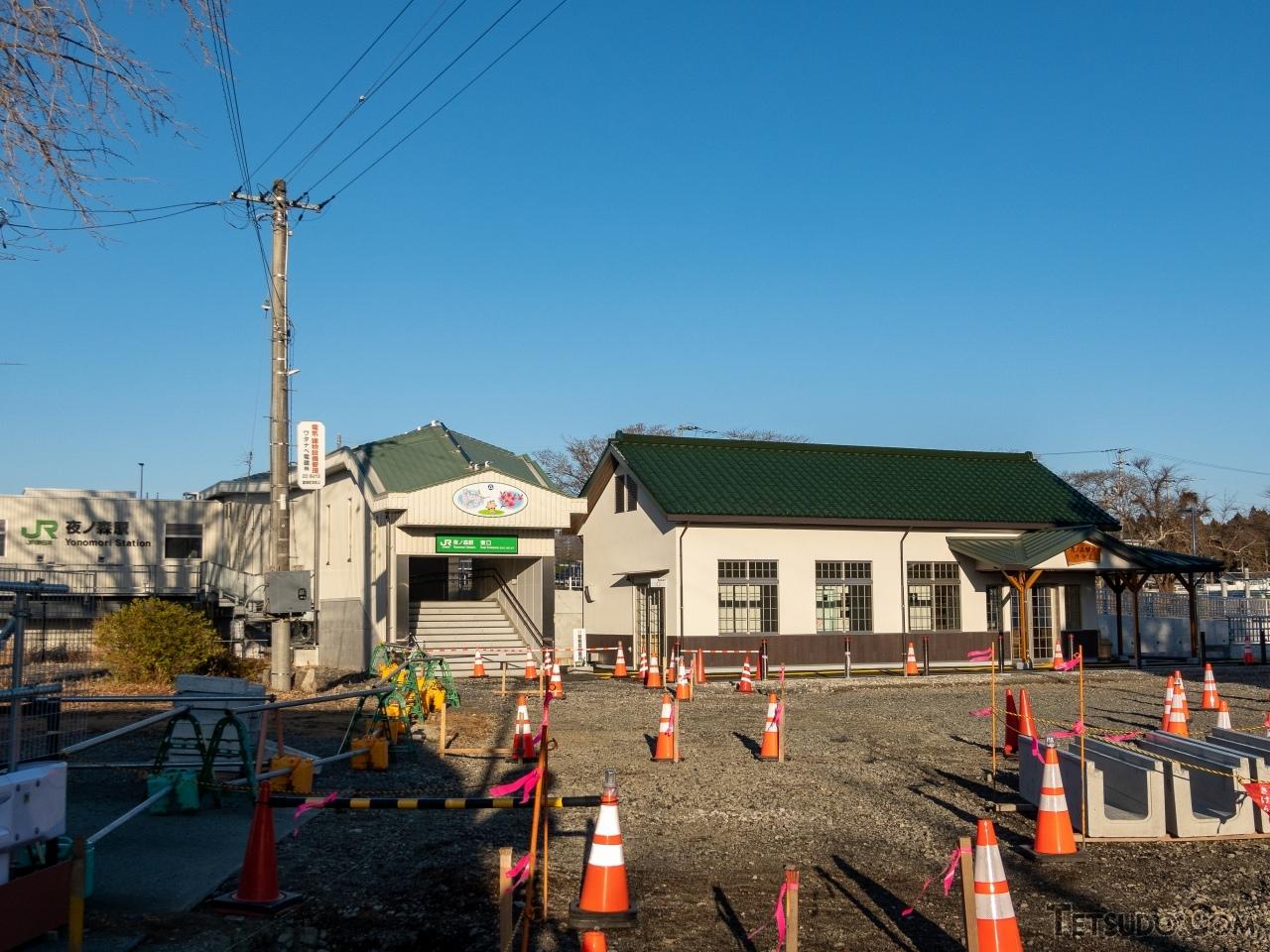 解体された旧駅舎の趣を再現した夜ノ森駅東口待合室