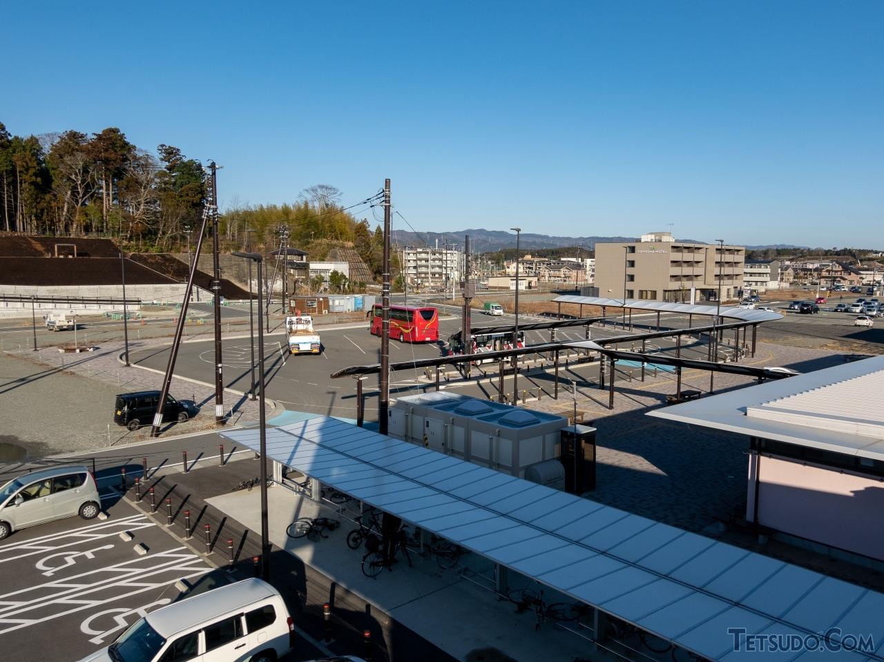震災前とはすっかり趣を異にした富岡駅前。ビジネスホテルもオープンしたほか、いわき行きバスや町内バス、大熊町への生活循環バスなどが発着する