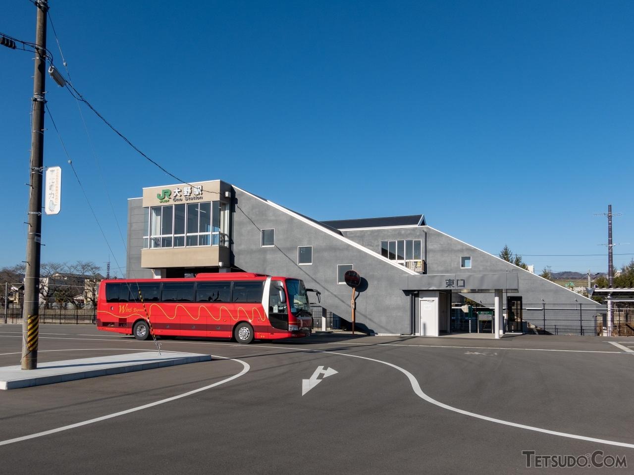 既存の橋上駅舎をリニューアルした大野駅東口。福島第一原子力発電所への作業員を輸送するシャトルバスが停車している。歩行者はこの広場から出ることができない