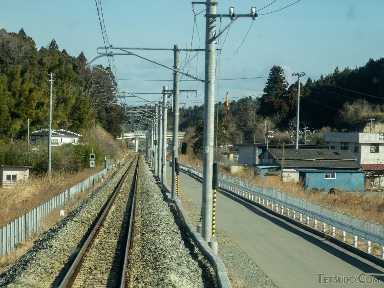 かつて複線だった大野〜双葉間は、旧上り線が非常用の通路に変わった