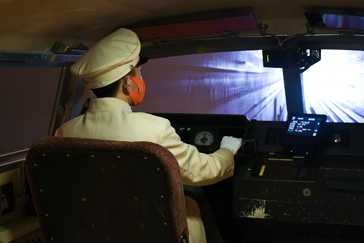 LSEの実物の運転台を再活用した本格的な装置です