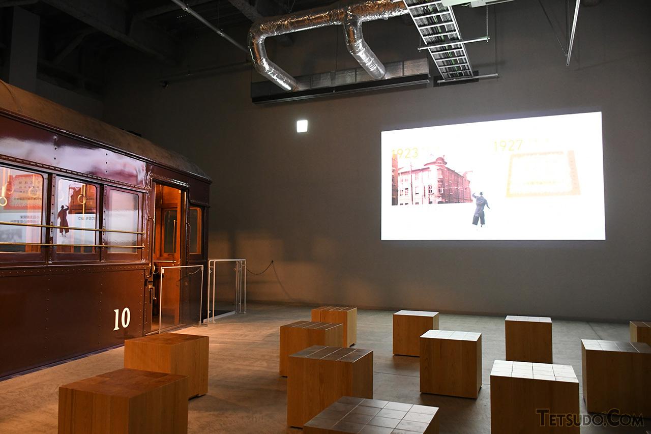 軽快な音楽とともに小田急の歴史をたどる映像の放映