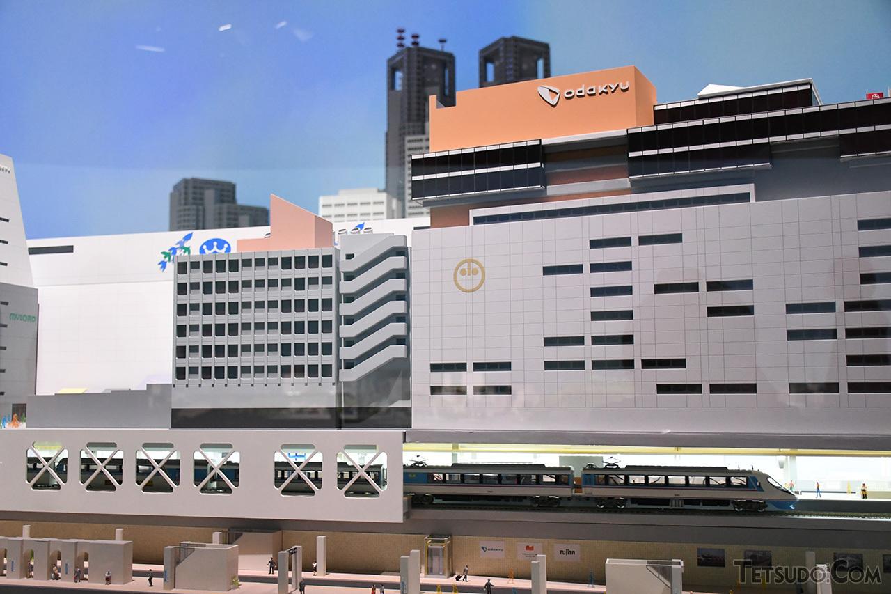 新宿駅を発車するRSE。ロマンスカーの発車時には、ミュージックホーンが鳴る演出も
