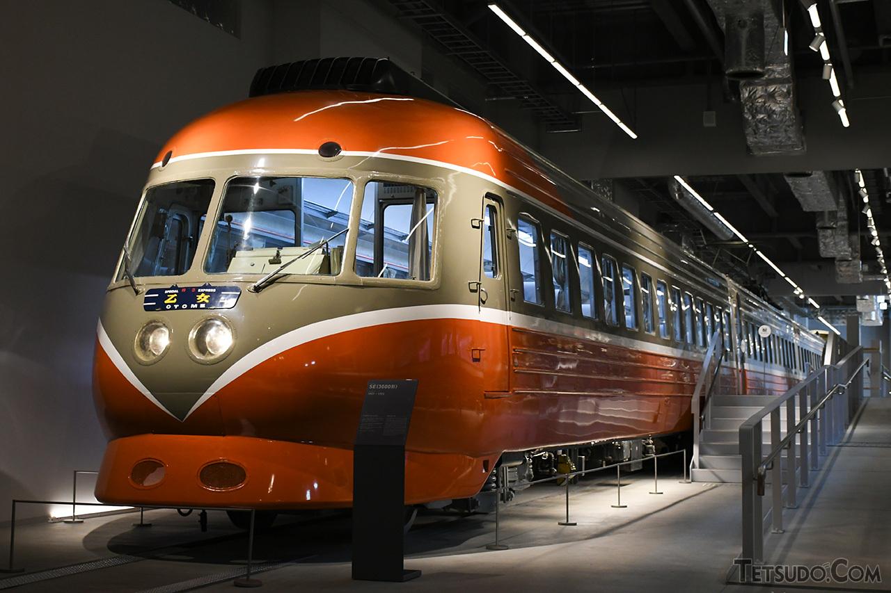 最初に「バーミリオンオレンジ」を採用した、3000形「SE」