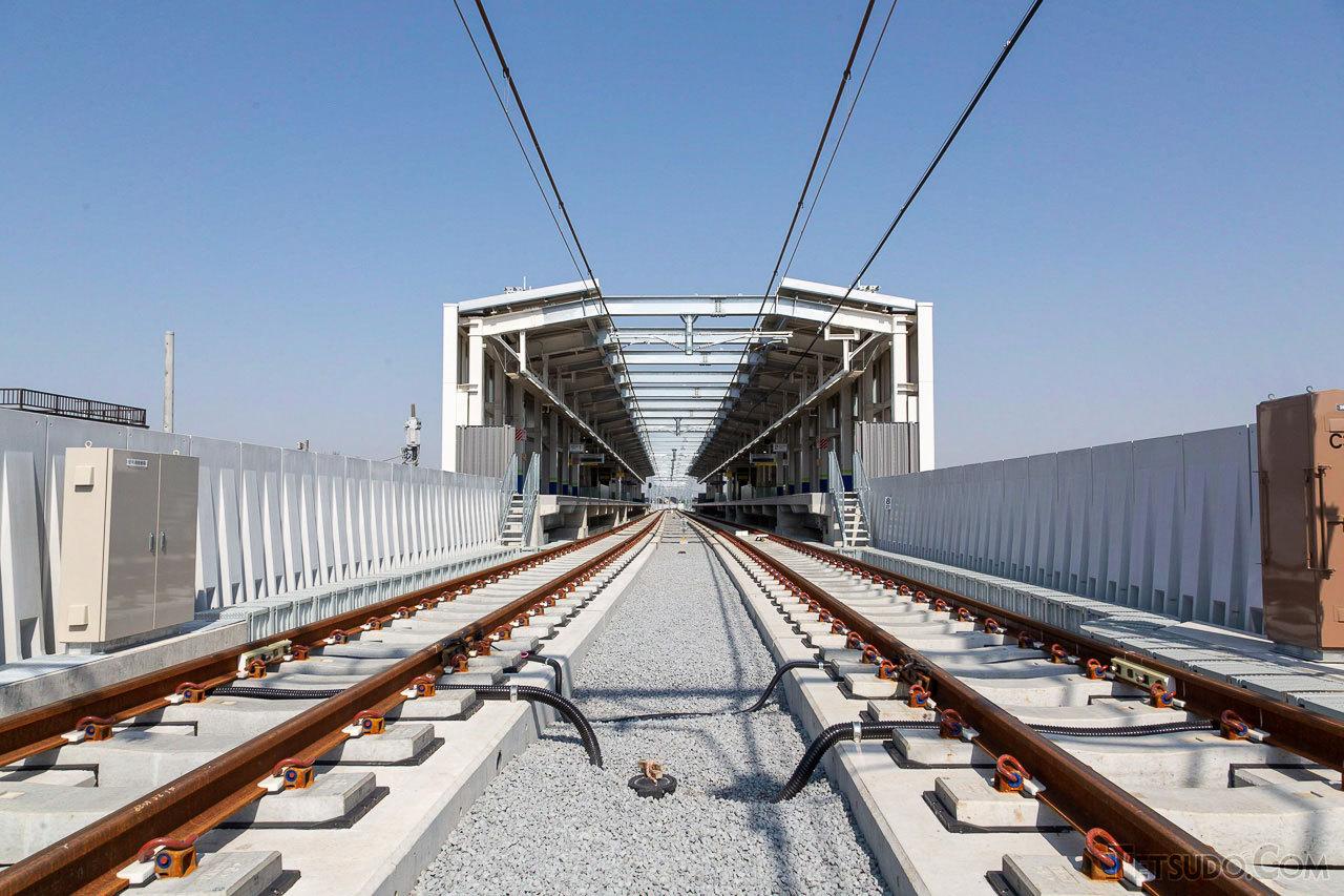 愛宕駅の高架線。まだ営業列車が走行していない、真新しい状態です