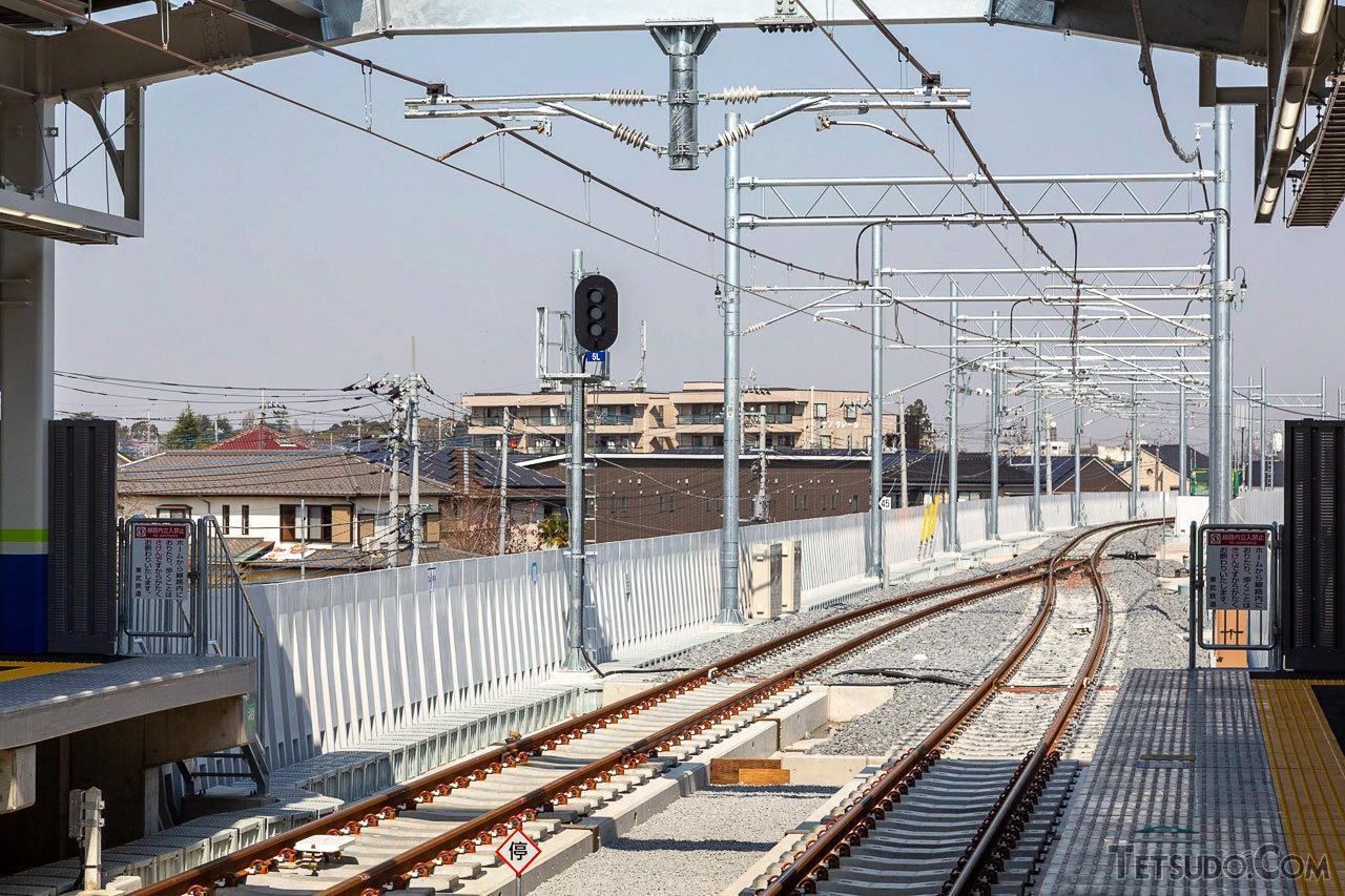 単線のため、駅の両ホーム先には、両開きポイントが設置されています