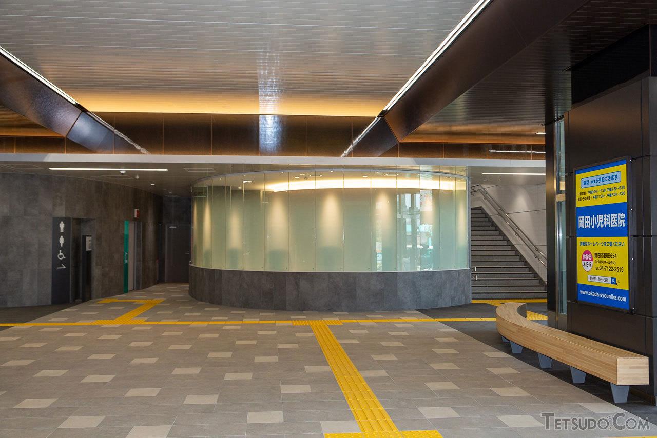 愛宕駅の新コンコース。奥に見えるのはトイレ。トイレにも十分な広さが確保されています