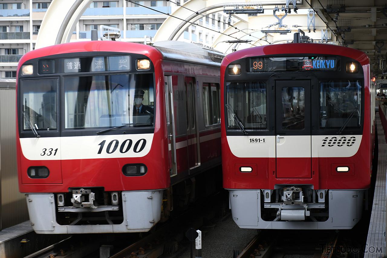 従来の新1000形(左)とは大きく異なるデザインとなった20次車(右)。2016年登場の1800番台に近いデザインとなっています