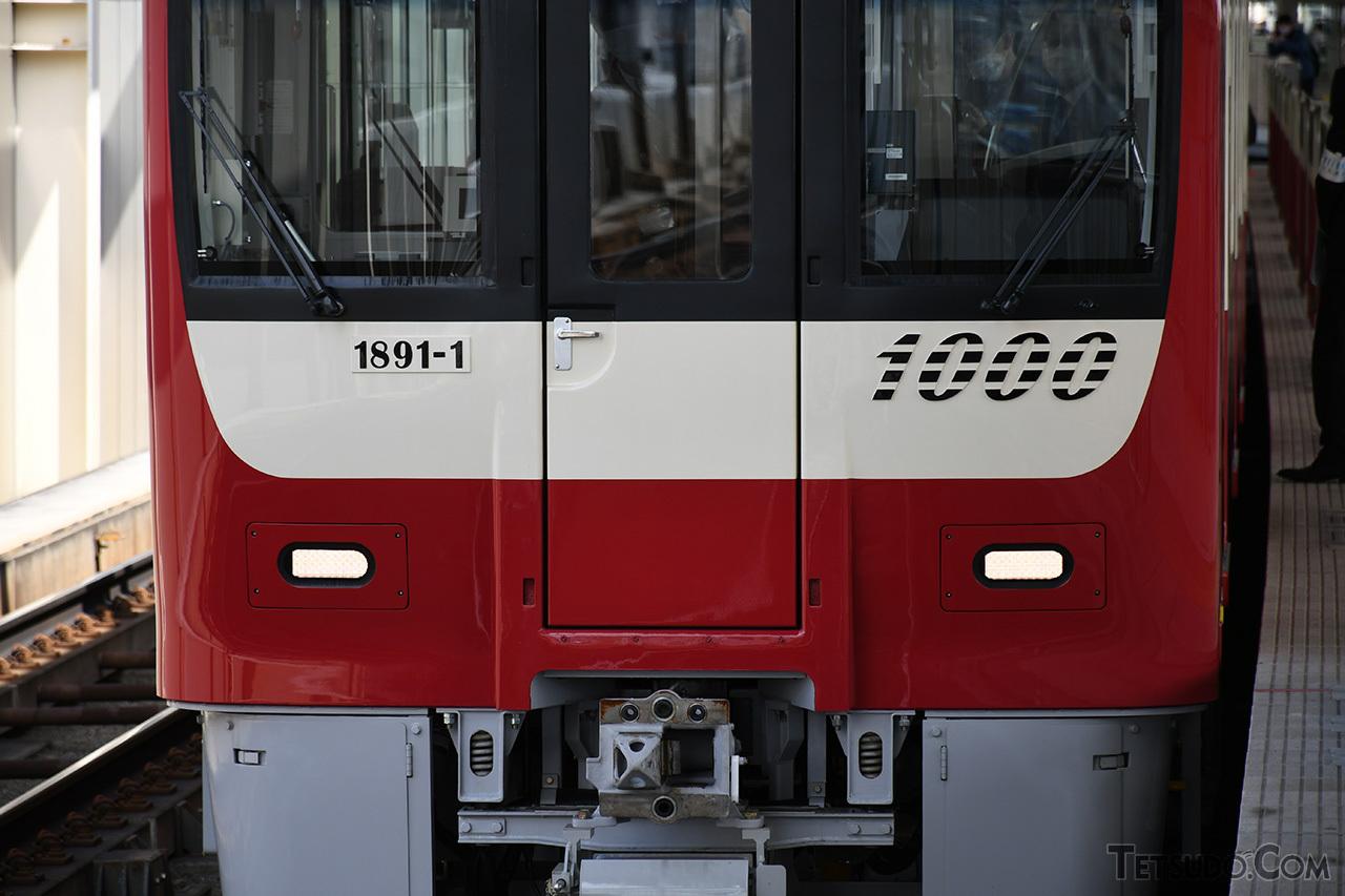 急行灯・尾灯が一体化され、前面の車両番号表記がプレート式になるなど、1800番台からの変更点も