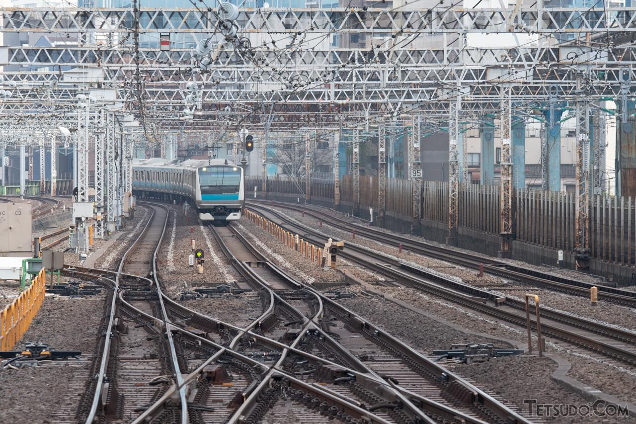 京浜東北線の列車が走行している場所に東海道本線の上り線を移設し、上り線の跡地に接続線トンネルを建設する計画です