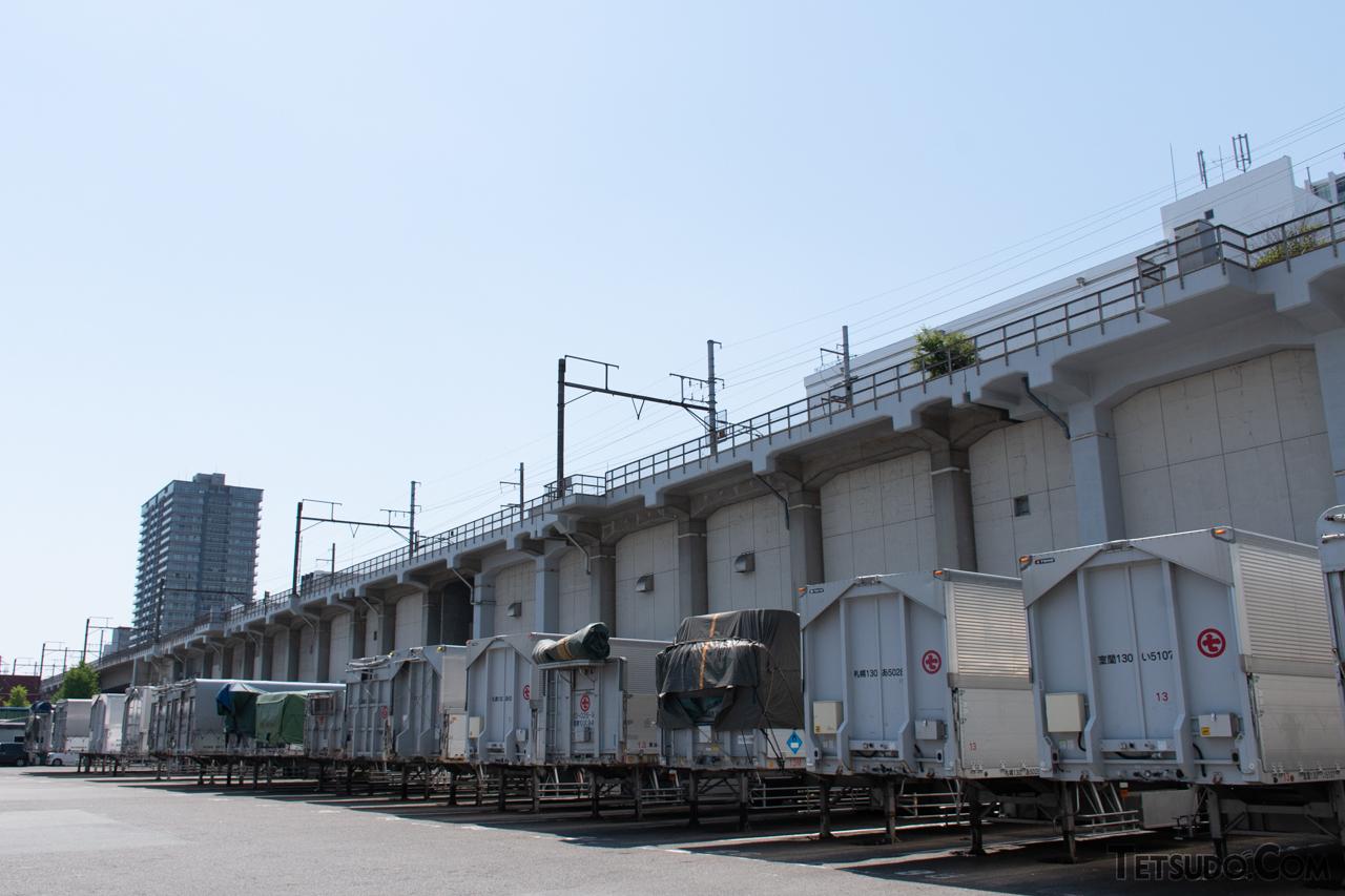 品川コンテナふ頭の横を高架線で通過する大汐線