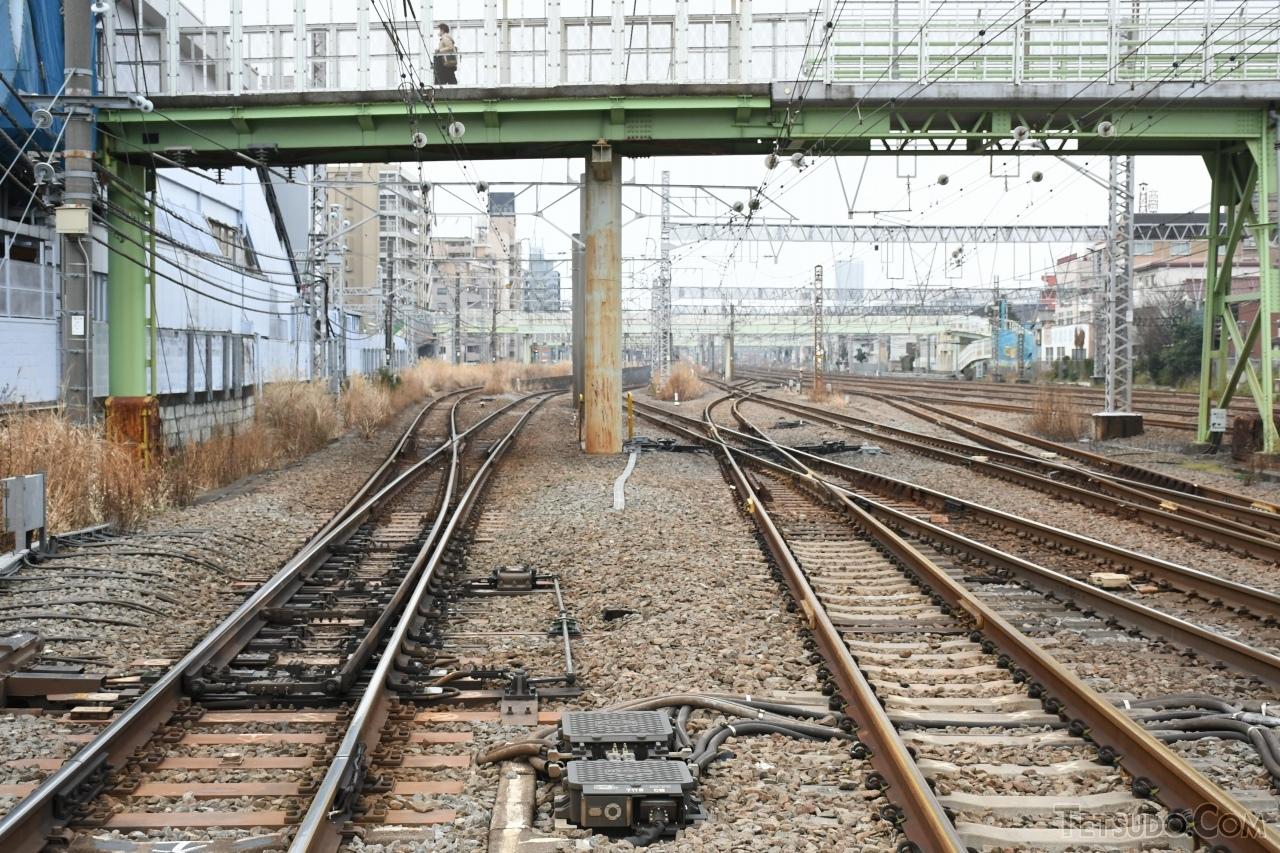 京急線の生麦駅付近にある、東海道本線(東海道貨物線)と高島線の分岐