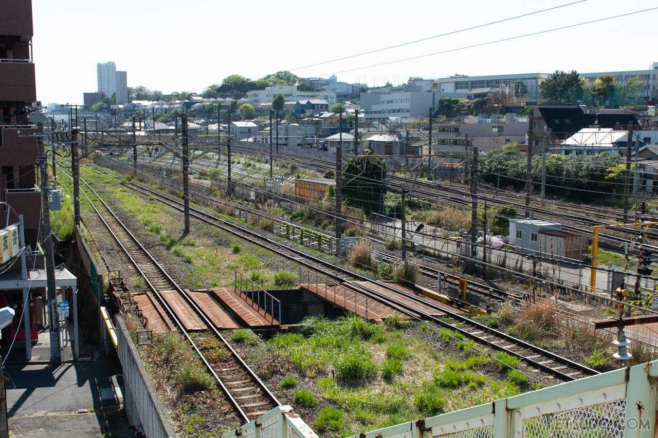 奥の東海道本線(旅客線)と別れ、高島線(手前)は海側へと進んでいきます