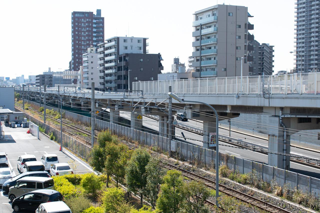 首都高速神奈川1号横羽線の横を通る高島線