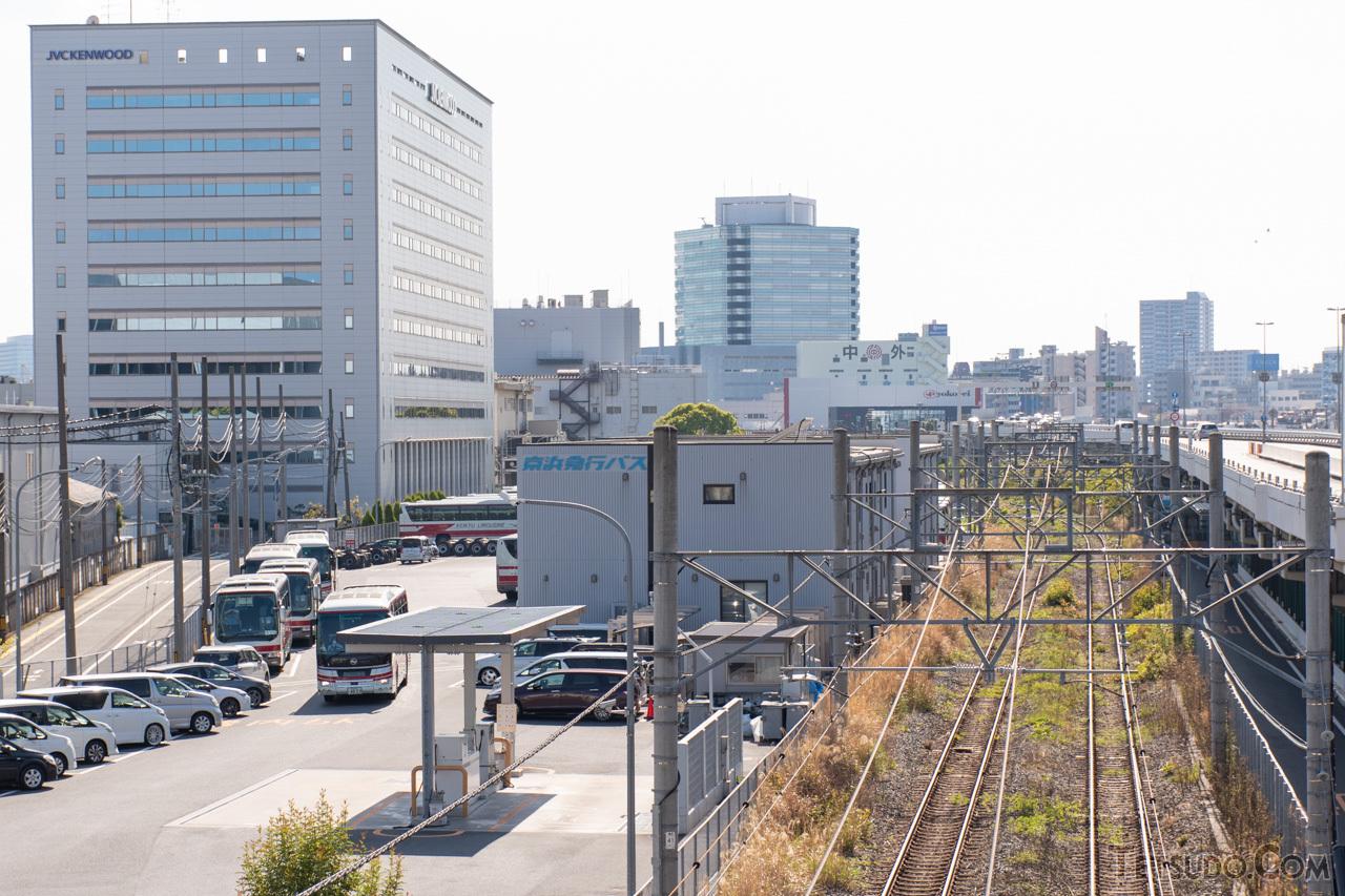 かつての新興線との分岐点であった入江駅付近。駅の跡地は京浜急行バスの営業所になっています