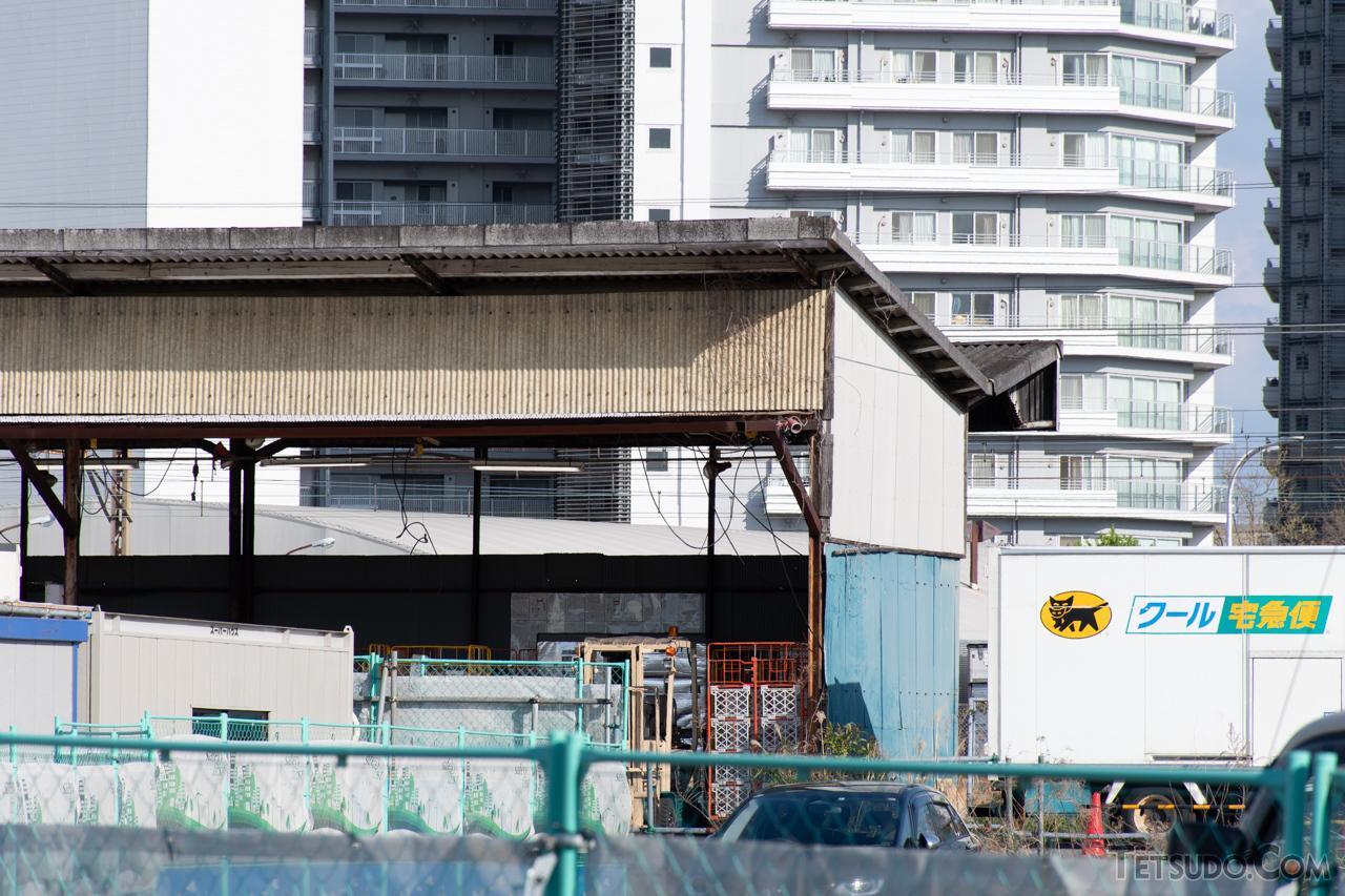 今なお残る、東高島駅のかつての荷役ホームの上屋