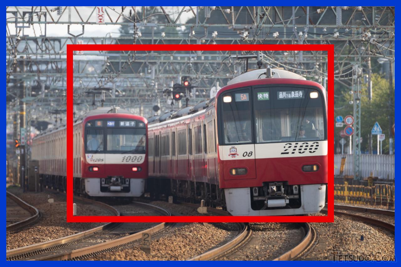 同じレンズ・同じ焦点距離で撮影した場合の、フルサイズ機(青)とAPS-C機(赤)の望遠率の違い(イメージ)