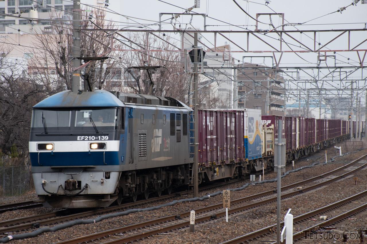 東海道本線を走る貨物列車
