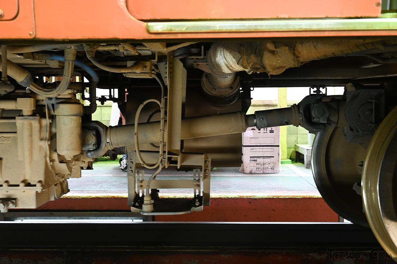 キハ40系の床下。斜めに設置されている部品が、回転部品の推進軸です
