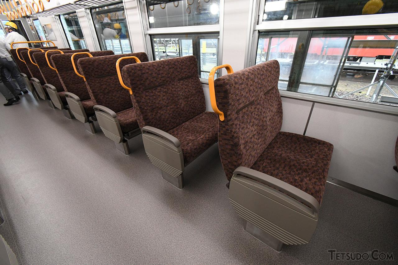 座席は転換クロスシートを採用