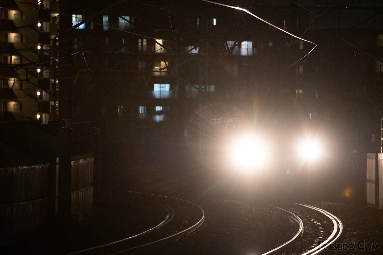 夜はヘッドライトが眩しい……(イメージ)