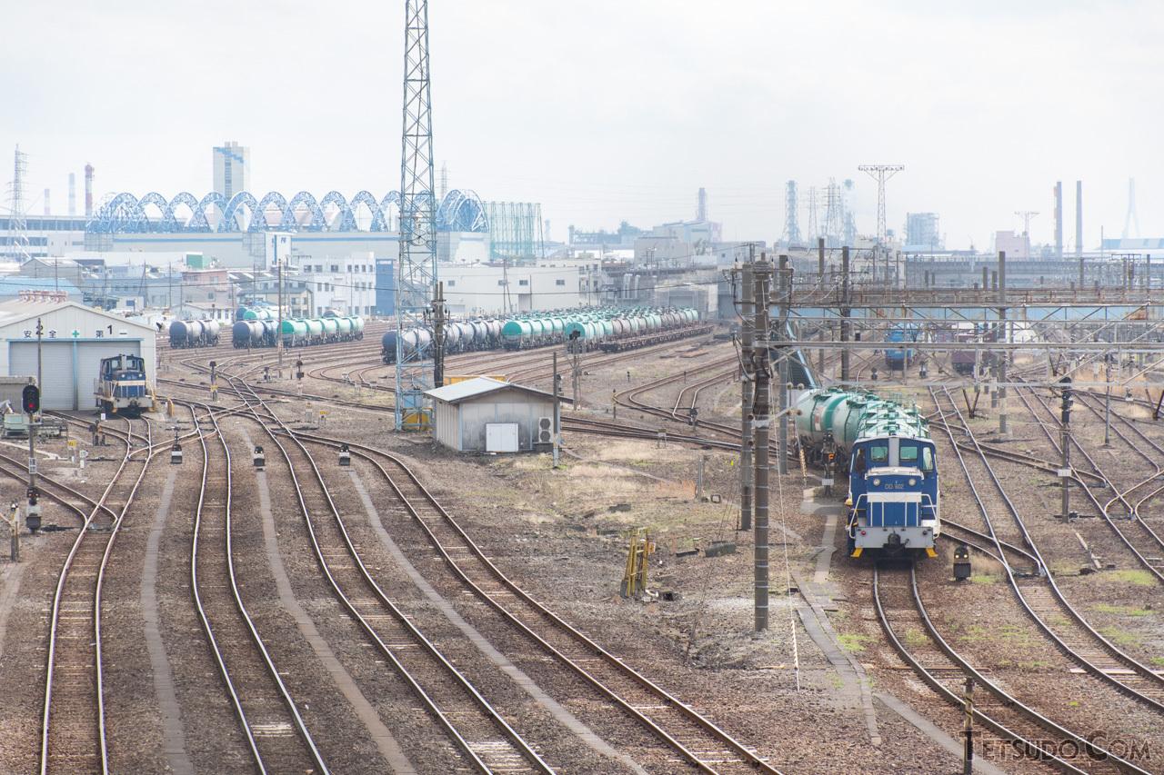 東京貨物ターミナル駅を出て最初の駅となる川崎貨物駅。こちらは駅北側の跨線橋から見た光景です