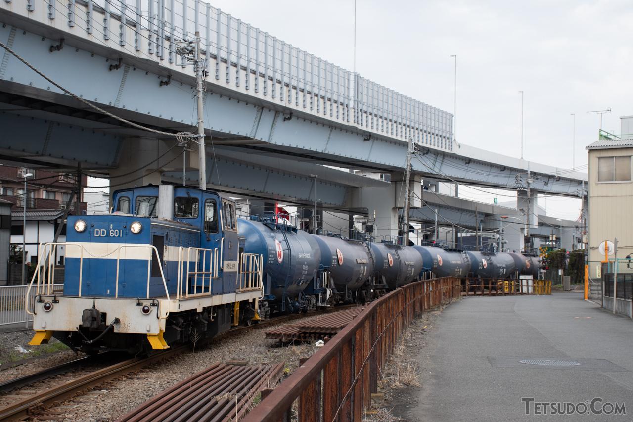 神奈川臨海鉄道浮島線。石油輸送列車が多数運転されています