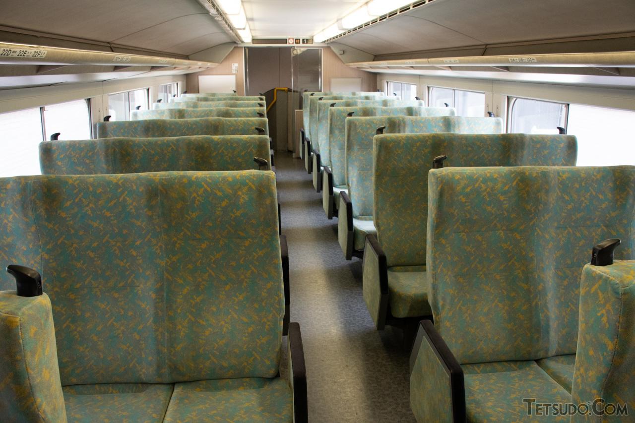 新幹線初となる6列シートを採用した、E1系の2階自由席(編集部撮影)