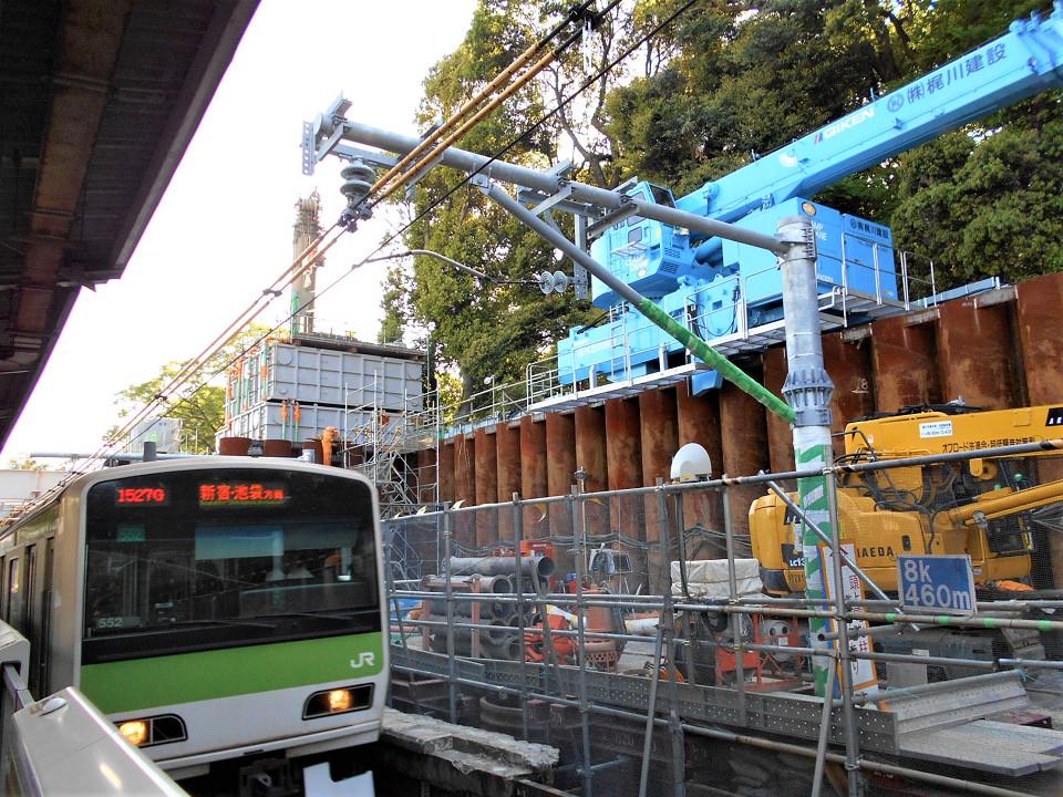山手線原宿駅、渋谷寄りの様子。西側にある臨時ホームを改良し、外回り列車専用のホームにする工事が進んでいます。写真の列車は外回り。外回り列車の乗り降りは、現在は進行方向右側ですが、専用ホームができると同左側に変わります。