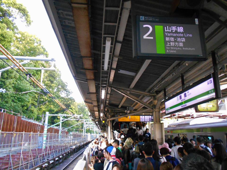 ゴールデンウィーク前半ということもあって、外国人旅行者を含め山手線の利用者は多く、原宿駅も多くの人でにぎわいました。ホームも通路も混雑が続き、通路や改札付近では、駅員が誘導する姿も見られました。