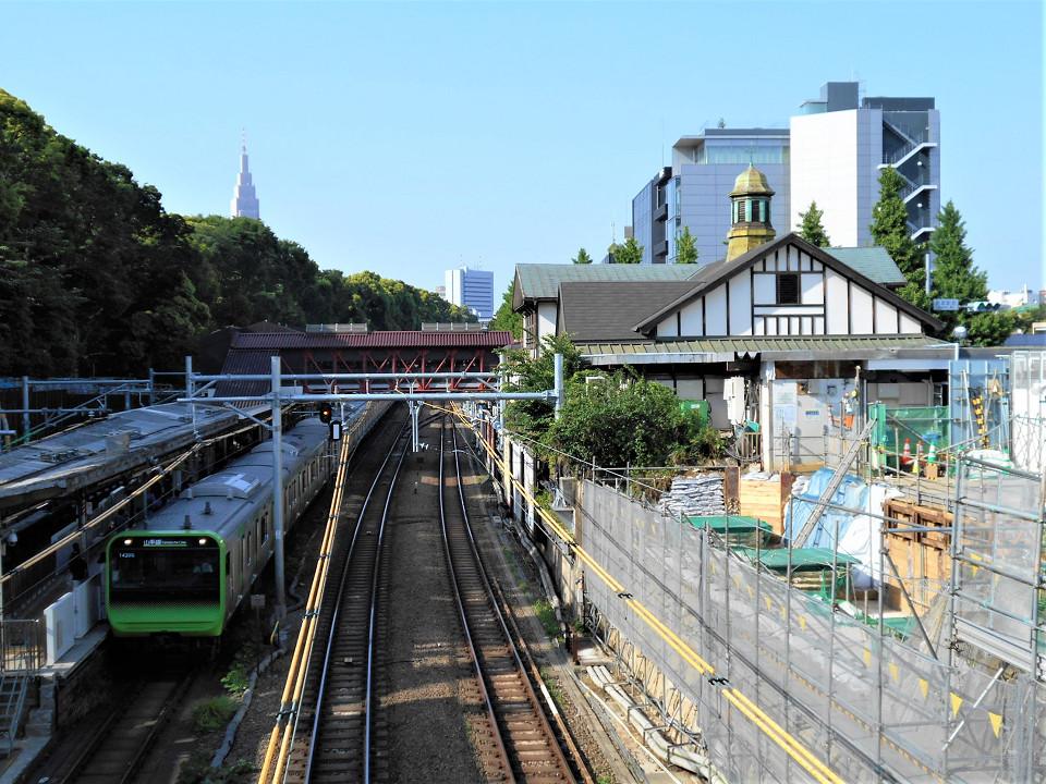 原宿駅南側に架かる神宮橋から見た駅の様子。右側の用地では、鉄骨造り2層の新しい駅舎を建てるための準備が進められています。新駅舎建設にともない、現行の駅舎はなくなるため、橋からの眺めも2年後には大きく変わることでしょう。
