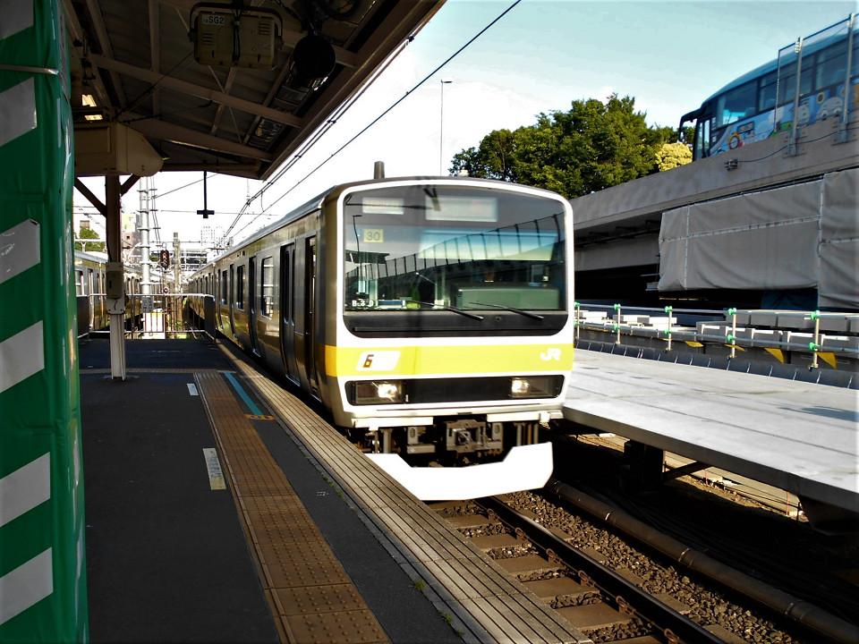 新宿方面ホーム(左)と、かつての臨時ホーム(右)。原宿駅同様、千駄ヶ谷駅でも臨時ホームを常設のホームにする工事が始まり、部分的に真新しいホームが見られるようになっています。