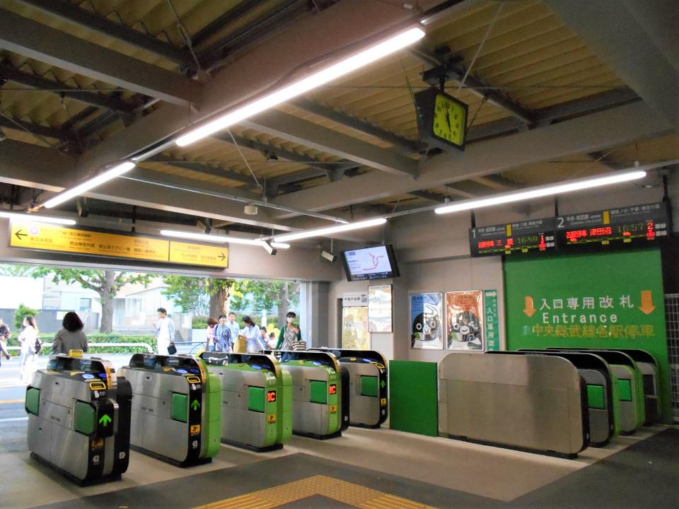 千駄ヶ谷駅の現改札口。改良工事により、新宿寄りに移設されています。自動改札機の設置は仮の状態。工事完成時にはコンコースや出入口も広くなり、改札機の台数も増える予定です。