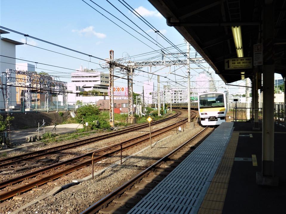 御茶ノ水方面ホームを出る列車。信濃町駅での改良工事では、御茶ノ水、新宿両方面にホームドアが整備されます。工事が始まるまでは、カーブを進む列車をこのような状態で見ることができます。