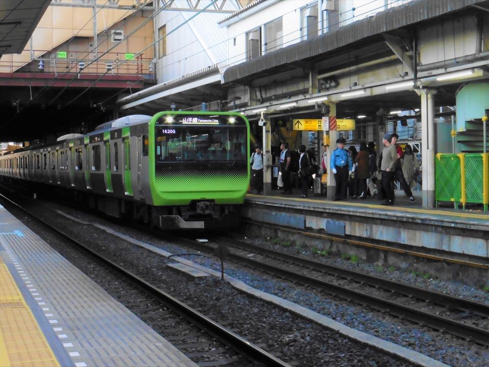 2番線に入線する山手線内回り列車。ホームドアはまだ設置されておらず、改良工事にあわせて整備されます。設置時期は、新橋駅の山手線ホーム同様、2020年度第一四半期までの予定。