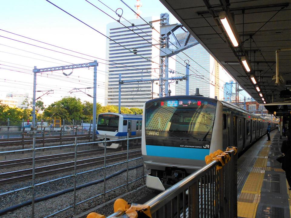 4番線に停車中の京浜東北線(南行)の列車。浜松町駅の京浜東北線側ホームドアは、2020年度第二四半期以降に設置される予定です。