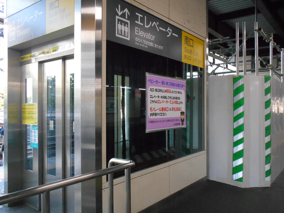 浜松町駅には、ホームと改札内コンコースを結ぶエレベーターが東京方面、品川方面の各ホームに1基ずつ設置されています。改良工事では、現状の位置をほぼ保ったうえで、エレベーターを大型化。同工事箇所では、ホームが一部で狭くなっています。
