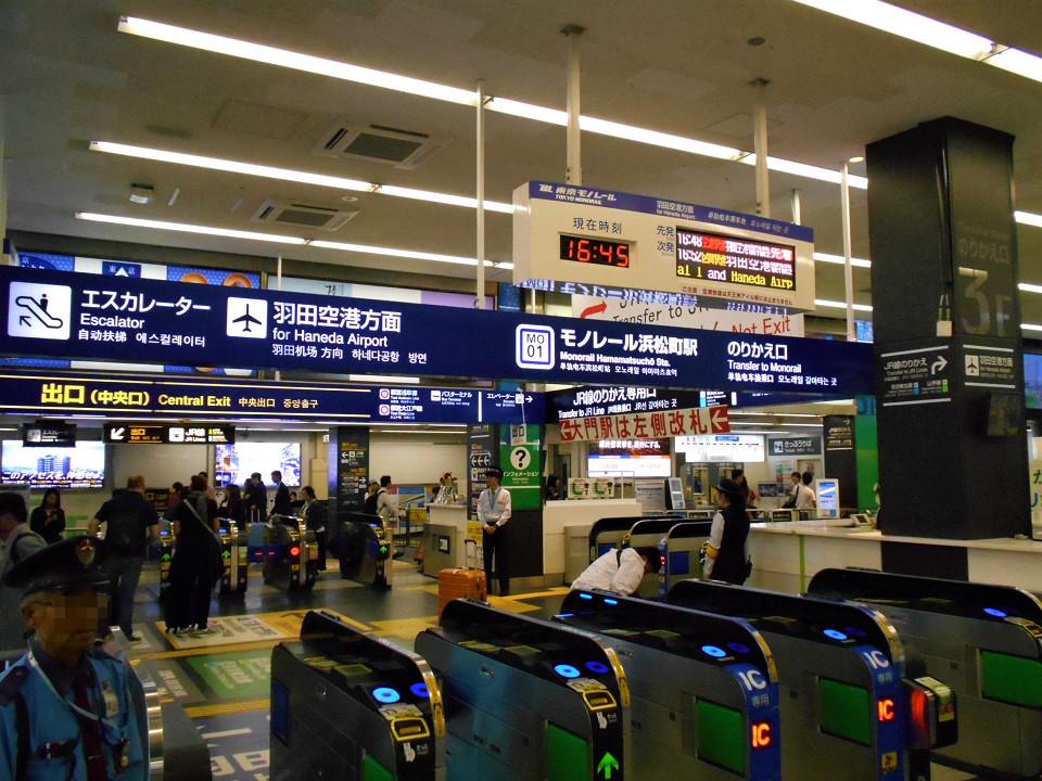 JRと東京モノレールとの乗換専用改札。かつてはJRからモノレールへの一方通行の乗り換え用でしたが、3月17日のダイヤ改正日にあわせて双方向の通行が可能となり、モノレールからJRへの乗り換えもできるようになりました。。改札機は方向別に配置が分かれており、手前の改札機がモノレール駅へ入る方、その後方の写真右に向かって進む改札機がモノレール駅から出る方の専用になります。写真奥の改札機は、乗り換え用ではなく、モノレールの改札外コンコースとの入出場用です。