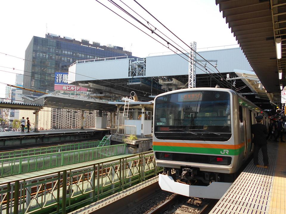 東海道本線の2番線ホームを発車する上野東京ラインの列車。同ホーム上部から、左の2つのホーム上部にかけ、大屋根にあたる構造物を見ることができます。大屋根は、ホーム全体をカバーする大きさではないものの、南北で150メートル以上の長さがあります。