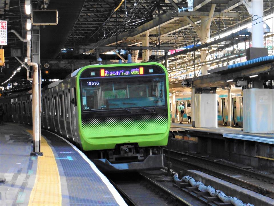 4番線を発車する山手線の列車。山手線では全29駅のうち、ホームドアが未設置の駅は新橋駅を含めて5つあります。新橋駅では、2020年度第一四半期までに整備される予定です。