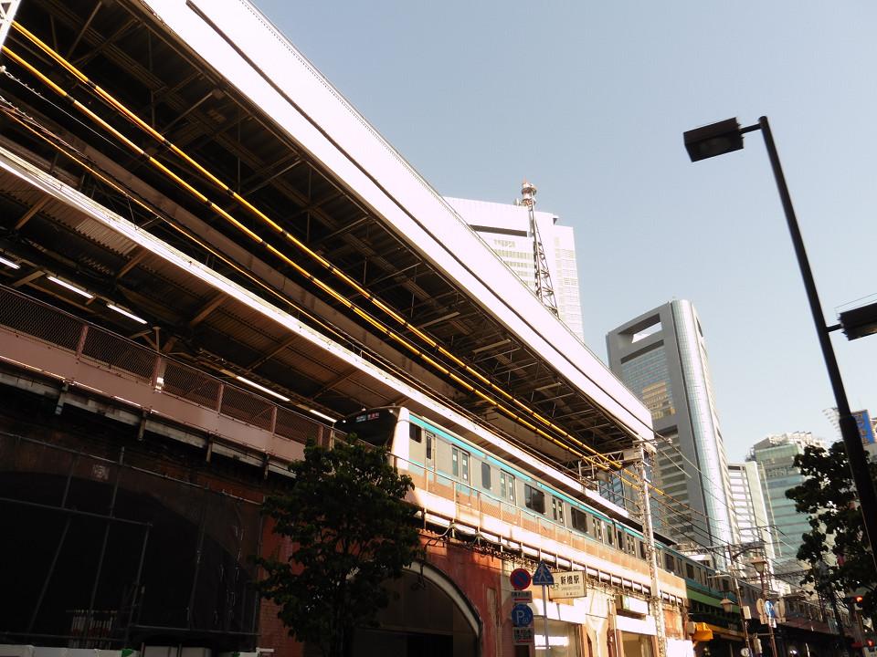 新橋駅高架部西側の様子。改良工事では、高架を支えるアーチ構造の補強、改築も並行して行われています。完成時には、リニューアルした赤レンガの壁面がお目見えする予定です。