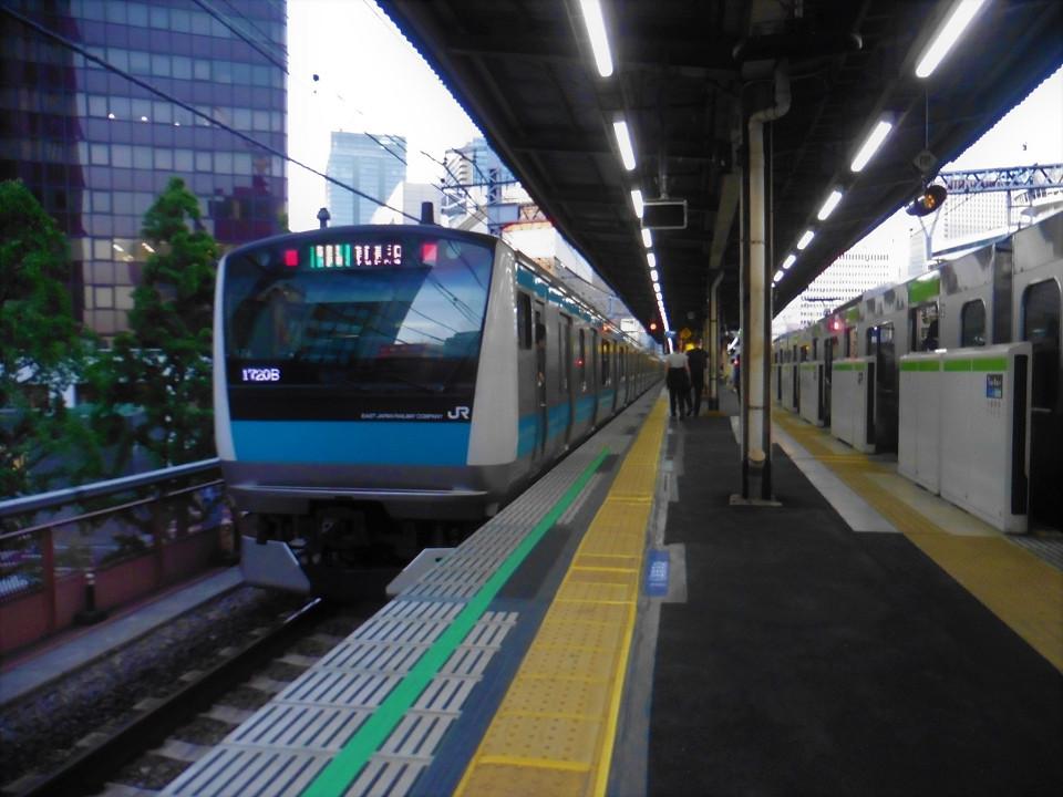 4番線を発車する京浜東北線(北行)の列車。右の山手線側では、2014年にホームドアが設置されていますが、京浜東北線側(1番線、4番線)は今回の工事にあわせて、ホームドアが整備されます。2020年度第一四半期までに導入される予定です。