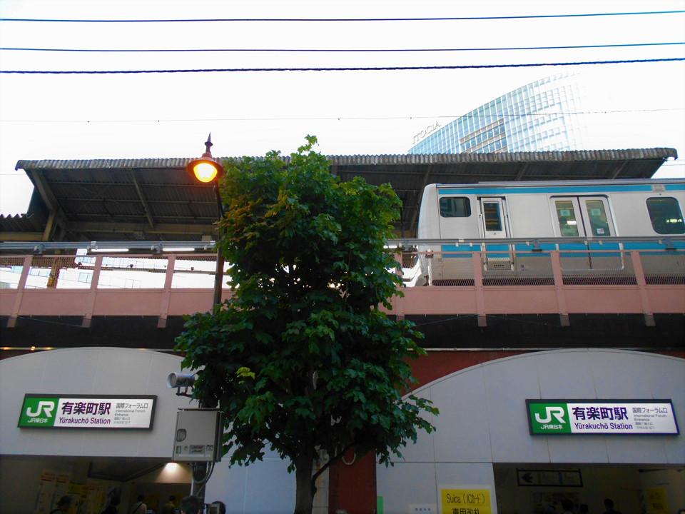 有楽町駅に6つある出入口のひとつ「国際フォーラム口」。工事の過程で、国際フォーラム口を掲げた出入口が2つある形になっています。現状では、各出入口に改札機が設置されていますが、工事完成時には改札機のある出入口は一本化される計画になっています。