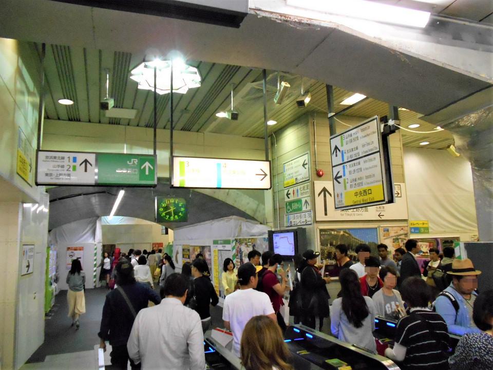京橋口の南側にある中央口の改札。駅前の商業施設などへのアクセスを担う出入口のため、多くの人が行き交います。工事の計画では、京橋口同様、改札機の配置を変更。変更後は、改札を入って進むと、京橋口に通じるコンコースに出る形になります。現在の改札機が撤去された後は、写真奥の向きに改札外コンコースが設けられます。有楽町駅では、より多くの人の移動が円滑になるよう、改札の内外でコンコースの充実を図る工事が進められています。