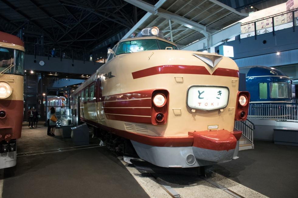 鉄道博物館(さいたま市)に保存されている181系。20系としてデビューした車両とは異なるグループの出自ですが、車体の基本設計は同じ。ボンネット上の赤帯は区別用のもので、「こだま」登場時には入っていませんでした。