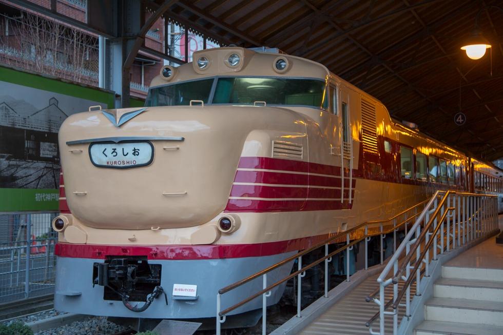 交通科学博物館にて保存されていたキハ80系。20系の塗装を踏襲したデザインとなっています。キハ80系列は、初期車である写真のキハ81形ではボンネットがある設計でしたが、1961年にデビューしたキハ82系では貫通型へと改められています。ちなみに現在、このキハ81-3は、京都鉄道博物館(京都市)にて保存されています。