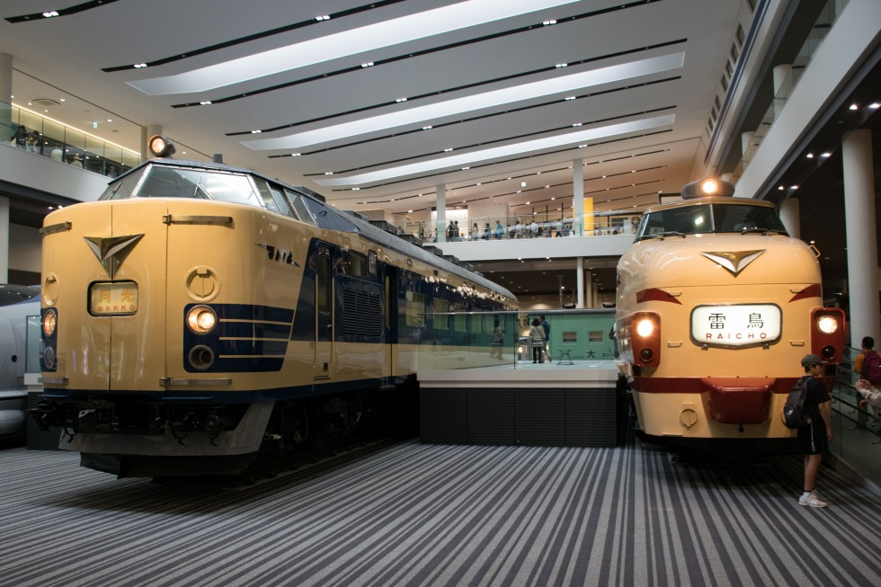 京都鉄道博物館に保存される489系(右)と583系(左)。583系は夜行列車や新幹線との接続をイメージするため、国鉄特急色を踏襲したパターンながら、青色を採用したデザインとなっています。583系グループと489系を含む485系グループは、ともに日本の特急列車網を昼夜問わず支えた存在でした。